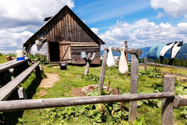 Gospodarstwo domowe z wiszącym serem dojrzewającym w górach
