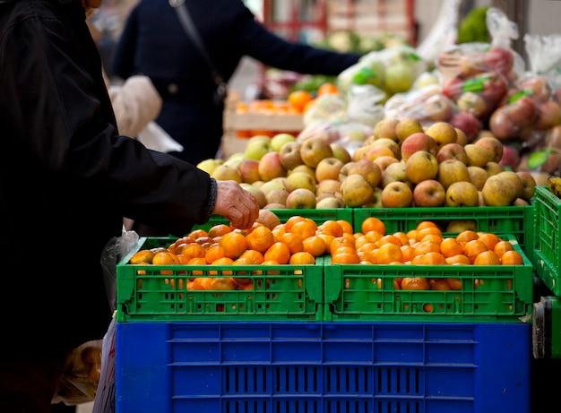 Gospodyni domowa na stoisku z owocami