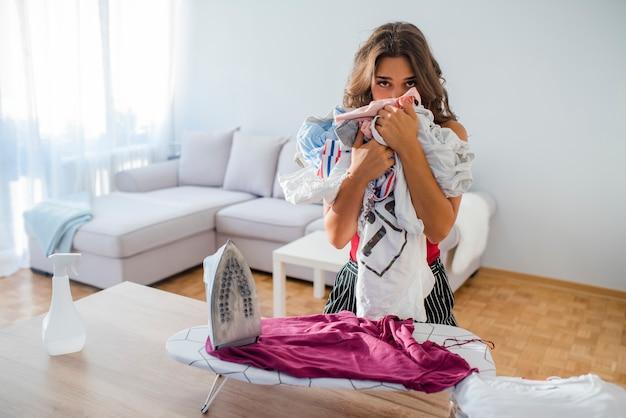 Gospodyni domowa przynosi ogromną stertę pralnia