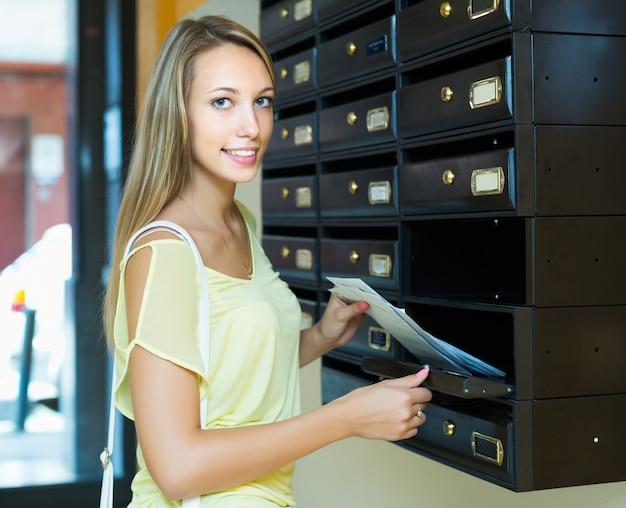 Gospodyni domowa sprawdza up list-box