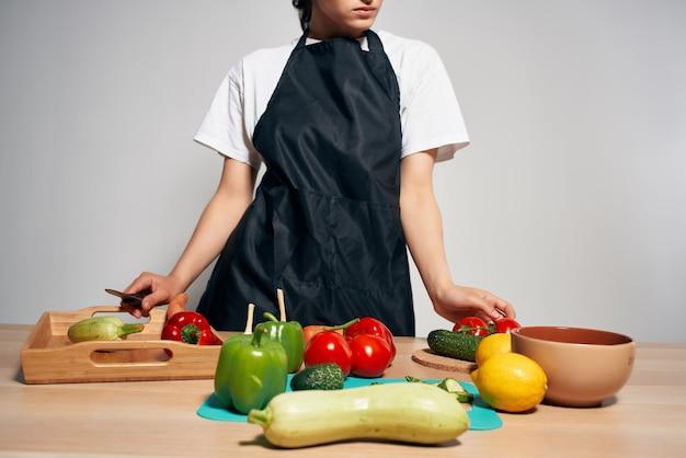 Gospodyni domowa w kuchni cięcia sałatka z warzyw. zdjęcie wysokiej jakości
