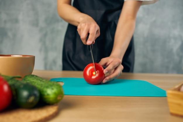 Gospodyni domowa w kuchni deska do krojenia warzyw. zdjęcie wysokiej jakości