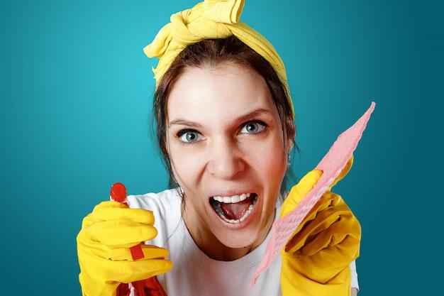 Gospodyni dziewczyna sprzątaczka z krzywe twarz planu krzyczy podczas czyszczenia