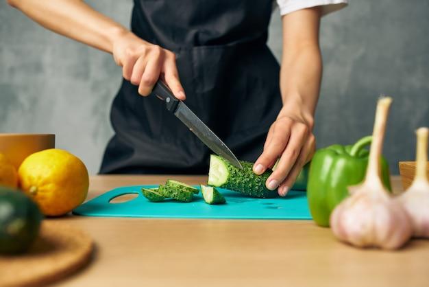 Gospodyni gotuje zdrową dietę żywieniową