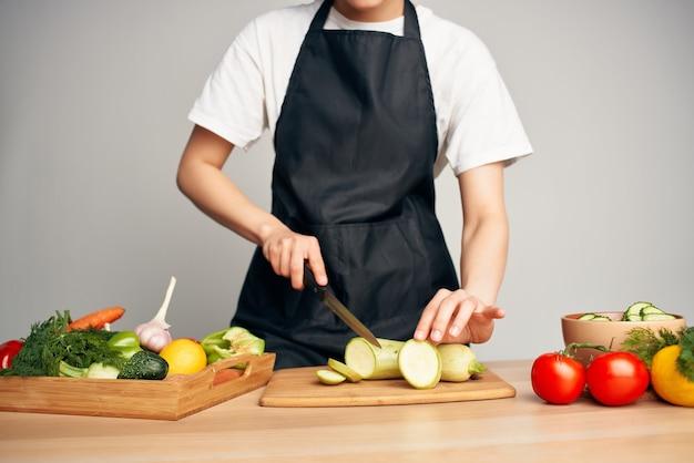 Gospodyni krojąca warzywa zdrowe odżywianie witaminy w kuchni