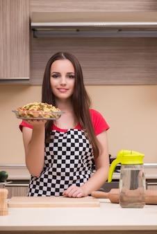 Gospodyni młoda kobieta pracuje w kuchni