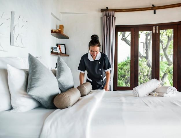 Gosposia czyści pokój hotelowy