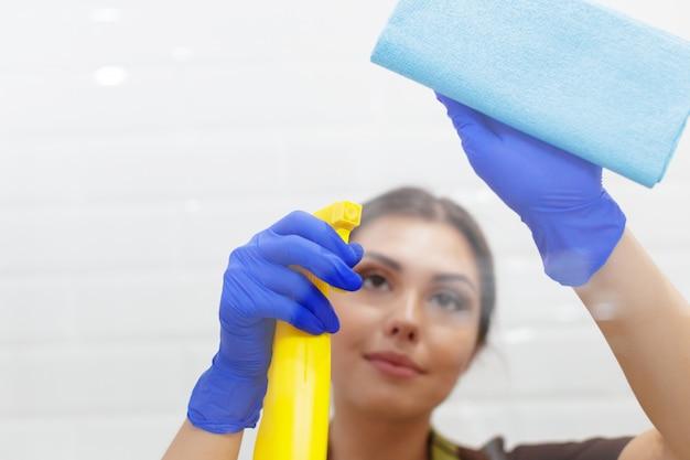 Gosposia sprzątanie pokoju hotelowego