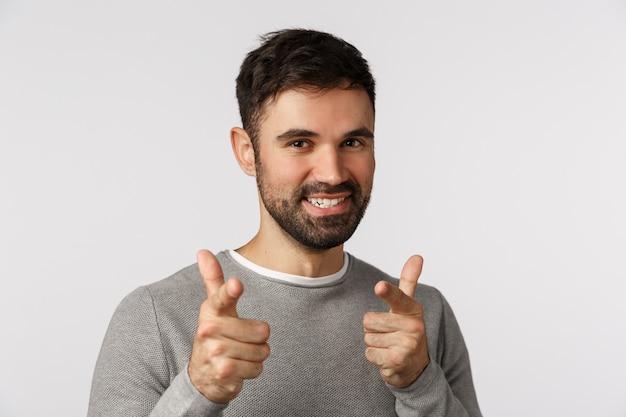 Gotcha bezczelny, entuzjastyczny, przystojny brodaty kaukaski mężczyzna w szarym swetrze