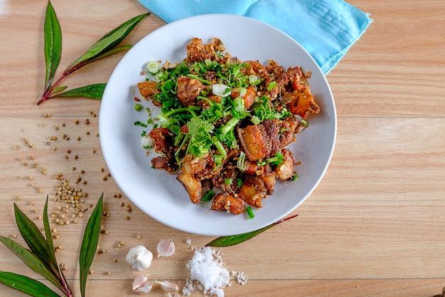 Gotować smażone jedzenie wieprzowe. tajskie jedzenie
