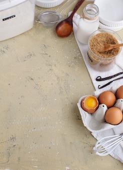 Gotować z wypiekowymi składnikami jajka cukrowa waniliowa flout przybory kuchenne widok z góry, miejsce