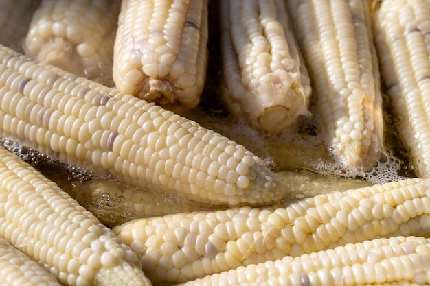 Gotowana biała kukurydza na sprzedaż na rynku żywności ulicznej w tajlandii, z bliska