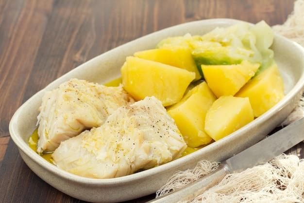 Gotowana dorsz ryba z ziemniakiem na naczyniu