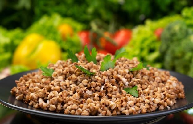 Gotowana kasza gryczana podawana z ziołami i warzywami