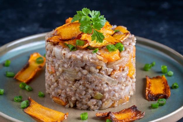 Gotowana kasza gryczana ze smażoną marchewką i cebulą, z bliska. zdrowe jedzenie