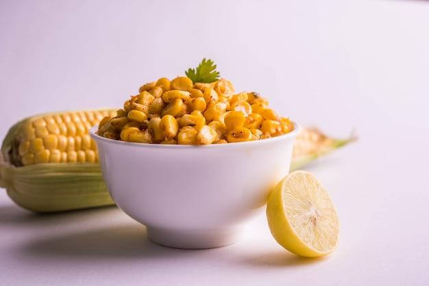 Gotowana na parze organiczna żółta słodka kukurydza masala lub kukurydziana chata przygotowana z masła, chat masala i cytryny, ulubiona indyjska przekąska