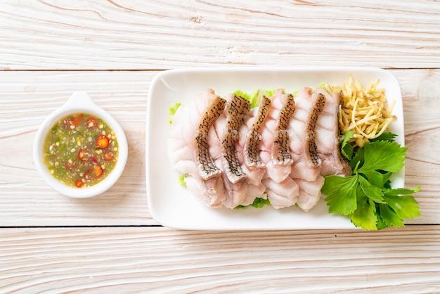 Gotowana na parze ryba grouper z pikantnym sosem z maczanych owoców morza