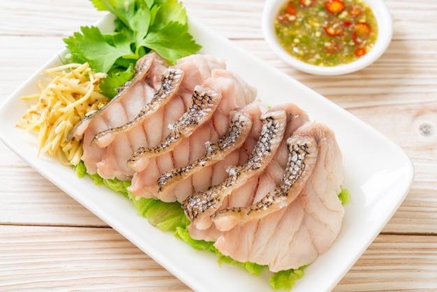 Gotowana na parze ryba z grouper z pikantnym sosem z owoców morza