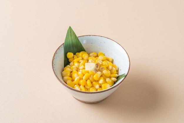 Gotowana na parze słodka kukurydza w misce