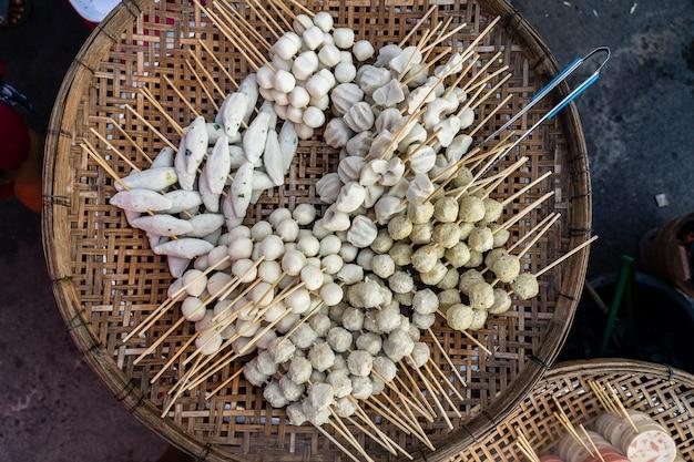 Gotowana piłka z kijami, jedzenie w stylu tajskim. uliczne fast foody w tajlandii, z bliska