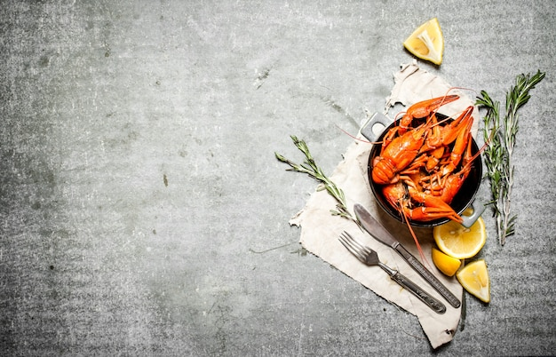 Gotowana raki z gałązkami cytryny i rozmarynu