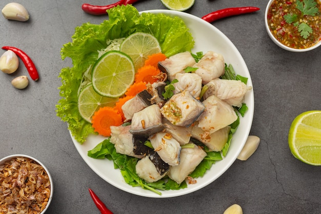 Gotowana ryba z ostrym sosem do dipów i warzywami