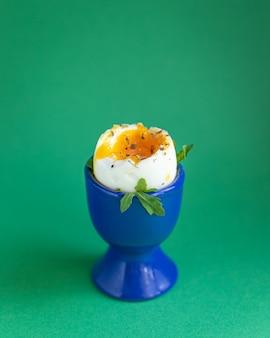 Gotowane jajko płynne żółtko białko stojak na jajka przekąska śniadaniowa