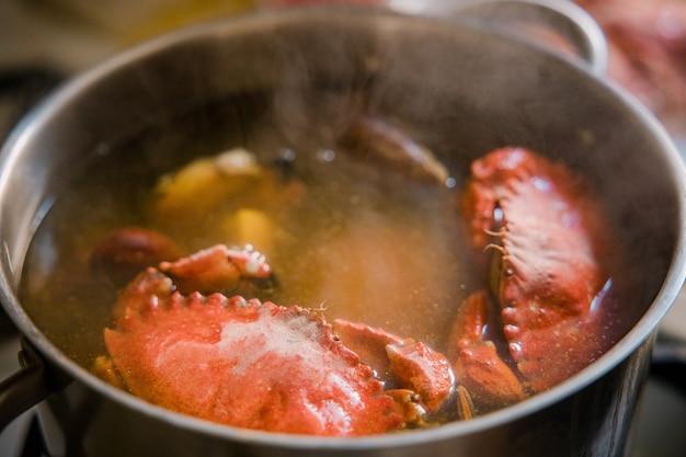Gotowane jedzenie w garnku ze stali nierdzewnej