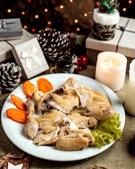 Gotowane kawałki kurczaka i pokrojona marchewka