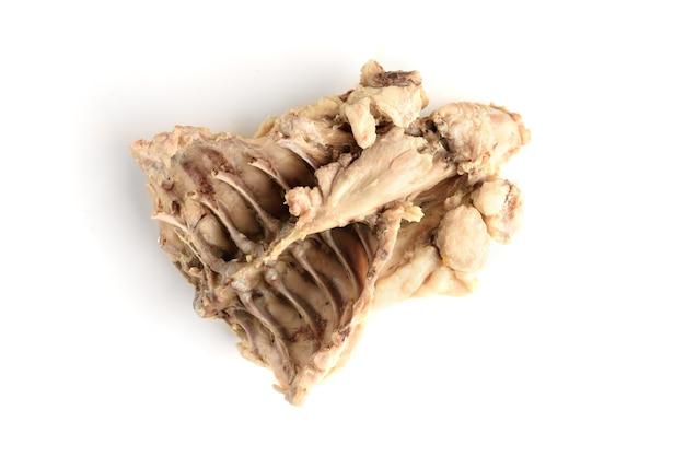 Gotowane kości kurczaka na białym tle