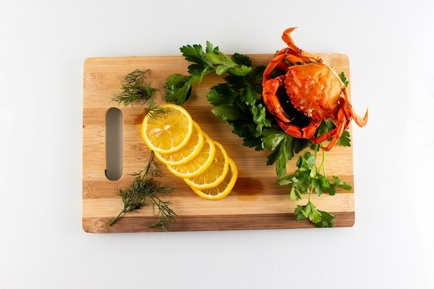 Gotowane kraby na drewnianym