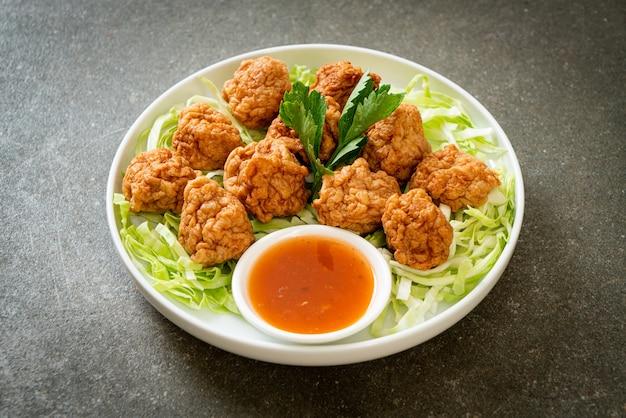 Gotowane krewetki kulki z pikantnym sosem maczanym