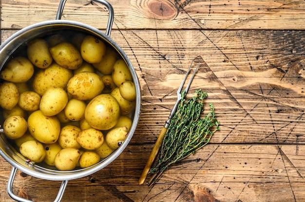 Gotowane małe ziemniaki w rondelku