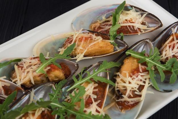 Gotowane małże z sosem