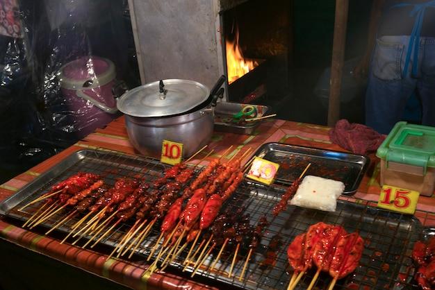 Gotowane mięso na grillu z grilla w restauracji, koh samui, prowincja surat thani, tajlandia