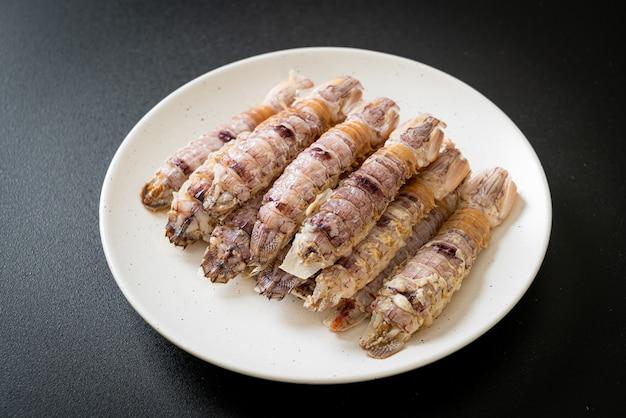 Gotowane na parze raki lub krewetki modliszki lub ustonogi z pikantnym sosem z owoców morza