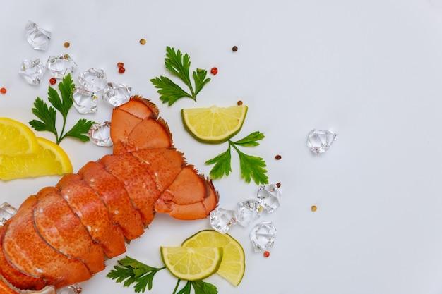 Gotowane ogony homara z cytryną i natką pietruszki.