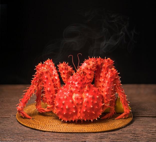 Gotowane organiczne kraby taraba king crab na drewnianej powierzchni.