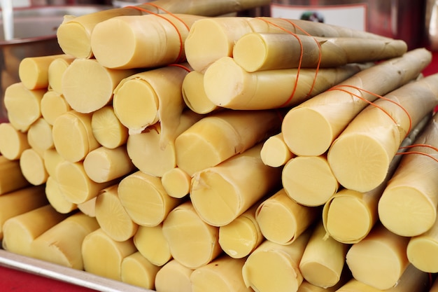 Gotowane pędy bambusa na rynku