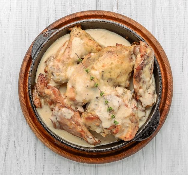 Gotowane piersi z kurczaka smażone na żeliwnej patelni z kremowym sosem z patelni