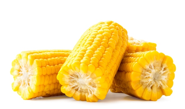 Gotowane plastry kukurydzy zbliżenie na białym tle. odosobniony