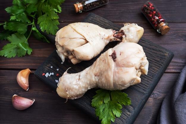 Gotowane podudzia z kurczaka i przyprawy