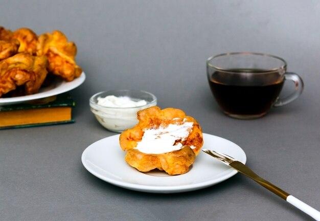 Gotowane śniadanie: pudding yorkshire, ser i herbata