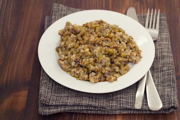 Gotowane ziarna soi na białym talerzu