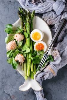 Gotowane zielone szparagi z jajkiem