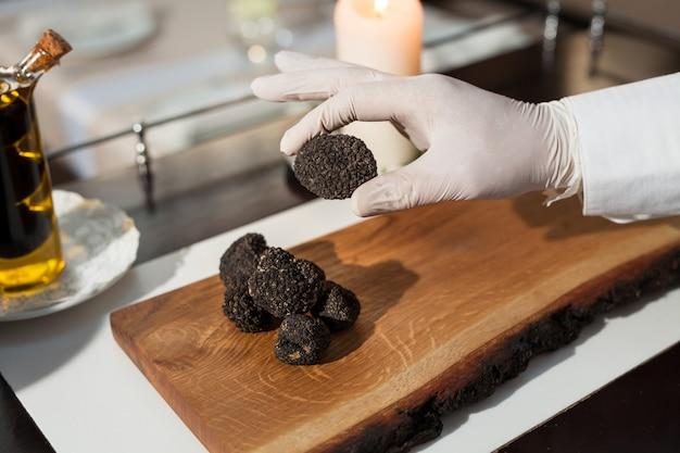 Gotowanie czarnej trufli w restauracji