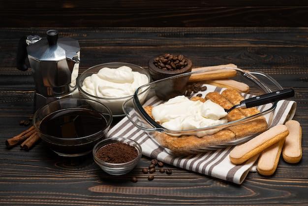 Gotowanie deseru tiramisu