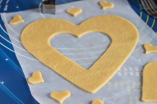 Gotowanie domowego ciasta w kształcie serca