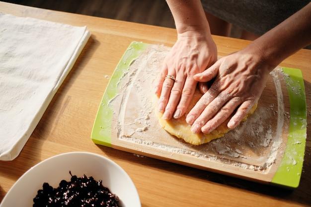 Gotowanie domowego ciasta w słoneczny dzień