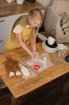 Gotowanie domowych ciasteczek w kształcie serca serce z mąki. pieczenie na walentynki